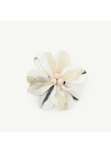 Yargıcı Çiçek Desenli Broş Beyaz